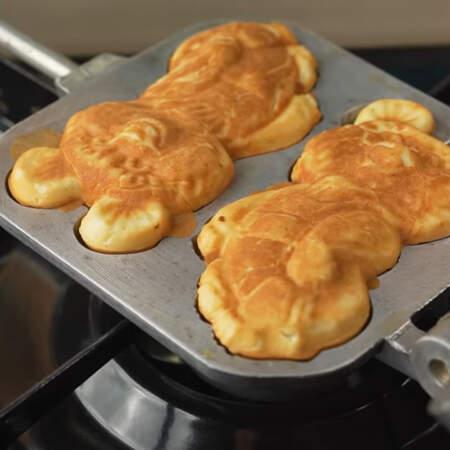 Переворачиваем примерно каждые 30-40 секунд. Когда печенье уже испеклось вынимаем готовых мишек.