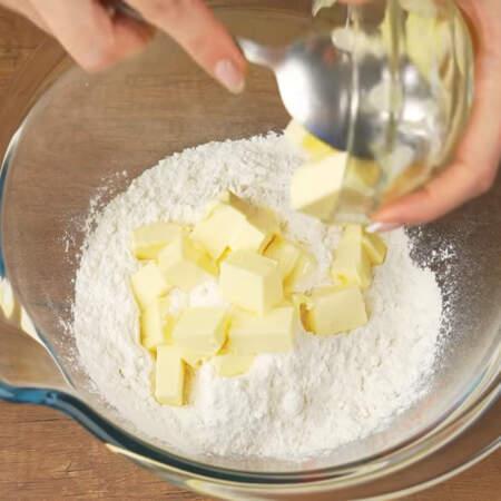 Сначала замесим тесто. В миску насыпаем 500 г муки и добавляем 200 г холодного сливочного масла.