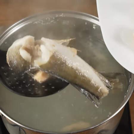 Рыба уже сварилась. Вынимаем ее из бульона и оставляем остывать.