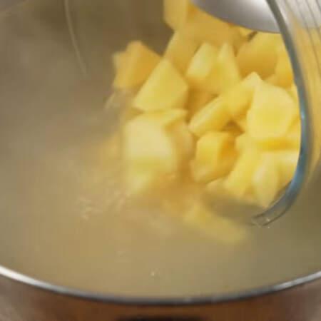 В кастрюлю кладем нарезанный картофель и варим его примерно 10 минут.