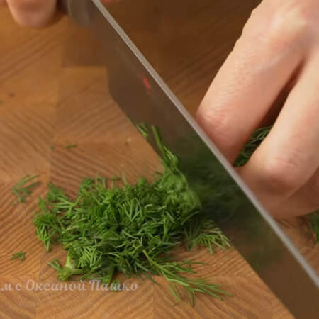 Измельчаем небольшой пучок петрушки.