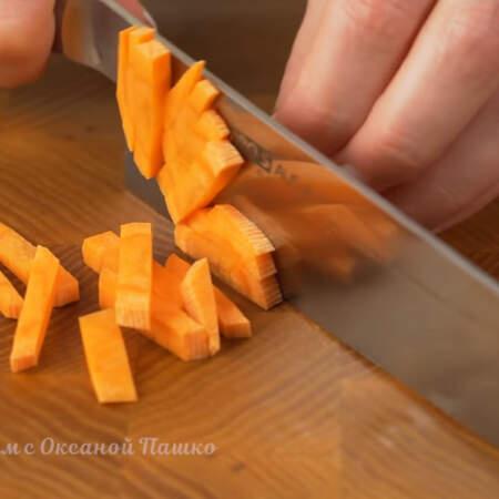 1 морковь нарезаем небольшими брусочками.