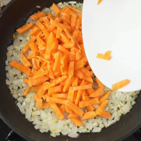 Лук немного подзолотился, добавляем подготовленную морковь.