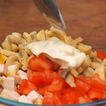 В миску кладем нарезанное мясо, подготовленные помидоры и нарезанные грибы. Салат заправляем 1 ст. л. майонеза и перемешиваем.