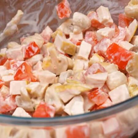 По желанию, салат можно немного посолить.
