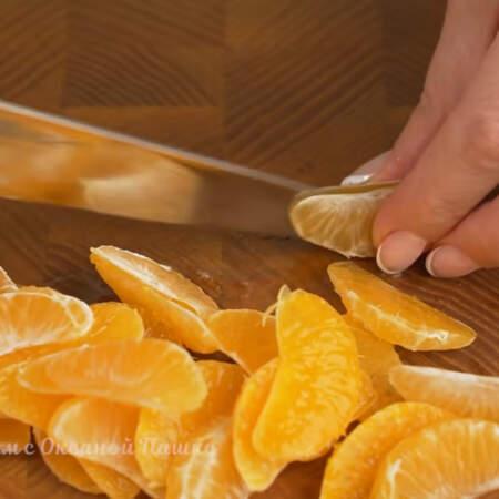 Желе застыло, теперь займемся украшением. Мандарины чистим от шкурки и от белых прожилок. Дольки мандаринов разрезаем пополам.