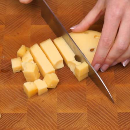 Сначала подготовим сыры. Понадобится 4 разных вида сыра, но можно взять и больше.