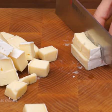 Все сыры нарезаем кубиками размером 1,5 - 2 см.