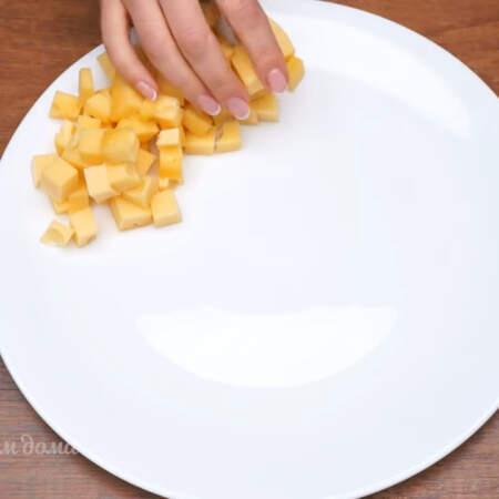 Нарезанные кубики сыра выкладываем по кругу на тарелку. У меня тарелка диаметром 31 см.  Сначала кладем Королевский сыр.