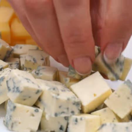 Затем четвертую часть круга выкладываем сыром Дор Блю.