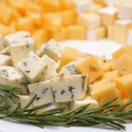 Сырный веночек по краю тарелки украшаем веточками розмарина.