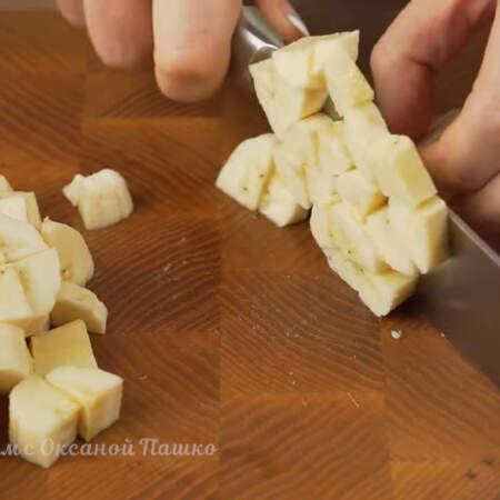 2 очищенных банана среднего размера нарезаем небольшими кубиками.