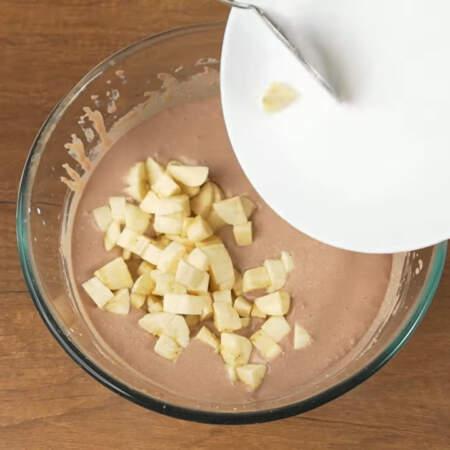 Нарезанные бананы кладем в приготовленную творожную смесь.