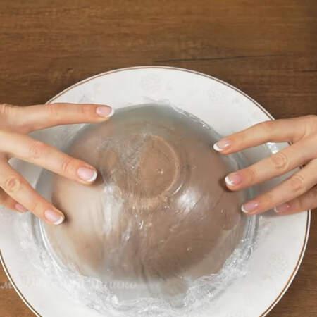 Торт застыл. Накрываем миску плоским блюдом и переворачиваем.