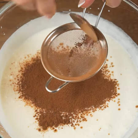В получившуюся творожную смесь насыпаем через сито 1 ст. л. какао. Какао желательно просеять так как могут появиться комочки.