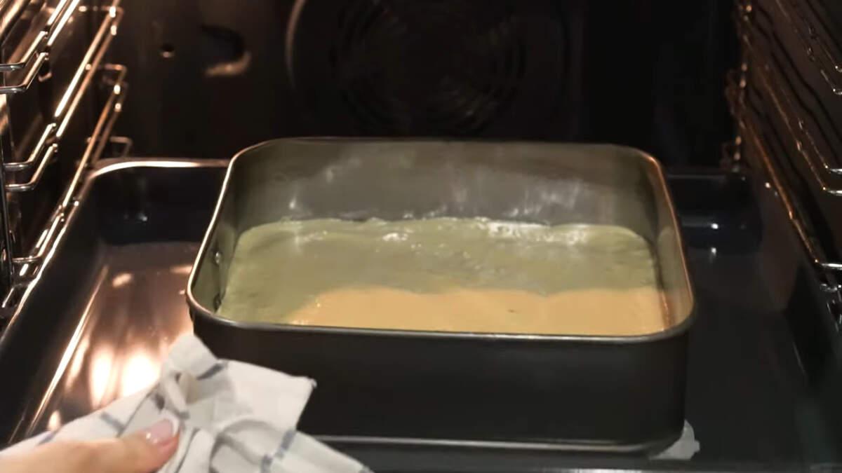 Все ставим в духовку разогретую до 180 град. Печем бисквит примерно 30-35 минут.