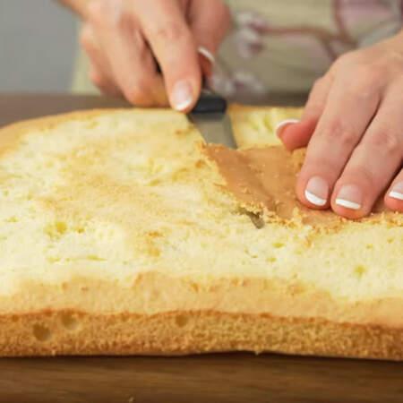 У бисквита срезаем запеченную верхнюю корочку. Если у бисквита образовалась горочка, то ее тоже желательно срезать.