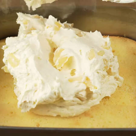 Сверху, на пропитанный бисквит, кладем приготовленный заварной крем с кусочками ананаса.