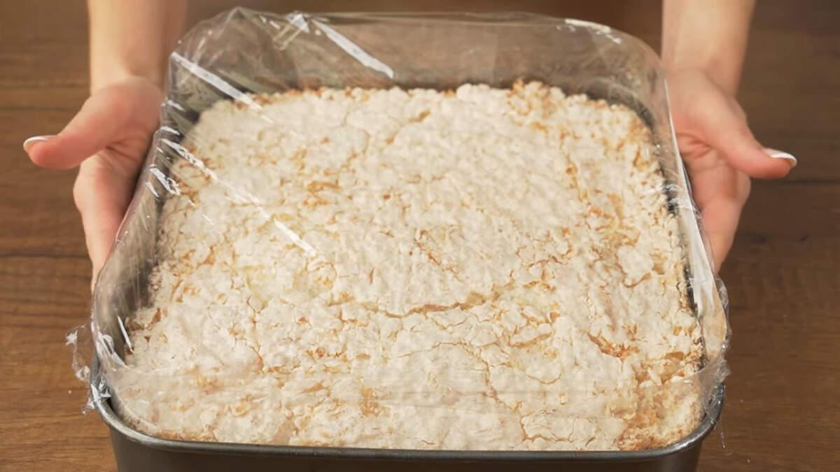 Торт накрываем пищевой пленкой и ставим в холодильник настаиваться на 4 часа, а лучше на целую ночь