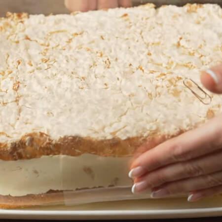 Торт застыл. Вынимаем его из формы и переставляем на блюдо.