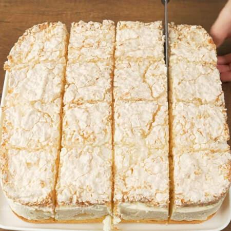 Готовый торт нарезаем порционными кусками.