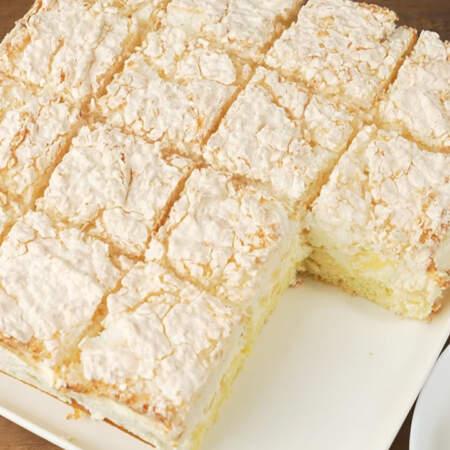 Торт с ананасом и кокосовым безе получился очень вкусным и нежным. В нем прекрасно сочетается нежный белый бисквит, сливочный крем с кусочками ананасов и воздушное кокосовое облачко из безе.