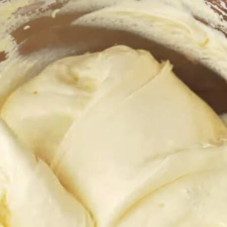 Тесто аккуратно и недолго перемешиваем лопаткой. После вымешивания тесто должно остаться воздушным и легким.