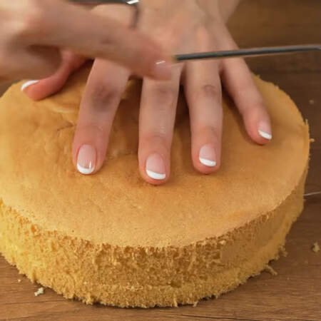 Бисквит разрезаем на 3 одинаковых коржа.