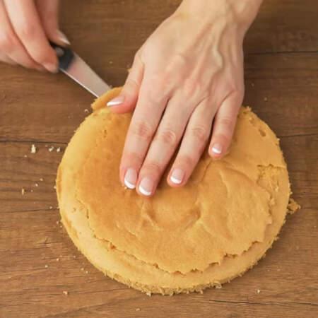 Верхнюю корочку у бисквита срезаем.
