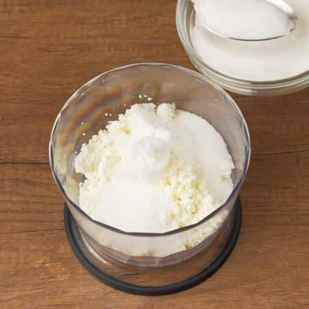 К нему насыпаем 2-3 ст.л. сахара, от 200 г сахара который понадобится для крема.