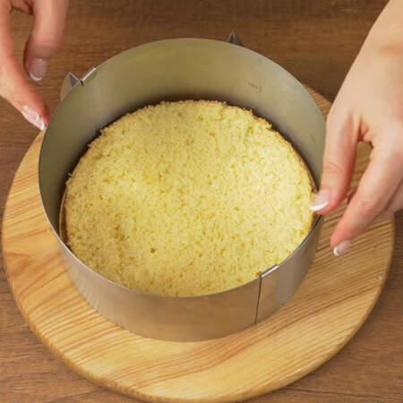 Берем бисквит и выставляем размер кулинарного кольца так, чтобы между бисквитом и кольцом остался зазор со всех сторон около 1 см.