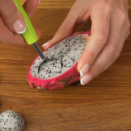 Питахайю разрезаем пополам. Вырезаем из нее половинки шариков.