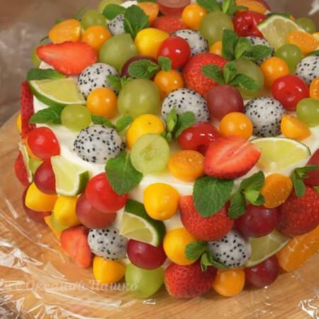 Вынимаем торт и снимаем ацетатную пленку. Ставим кулинарное кольцо. Между кольцом и тортом ставим высокую ацетатную пленку.
