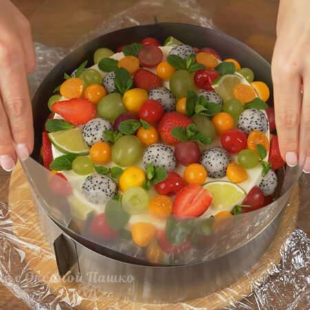 Сжимаем кольцо практически до самых фруктов оставляя небольшой зазор.