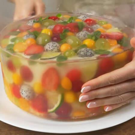 Отворачиваем пищевую пленку. Снимаем кольцо. Переставляем торт на блюдо.