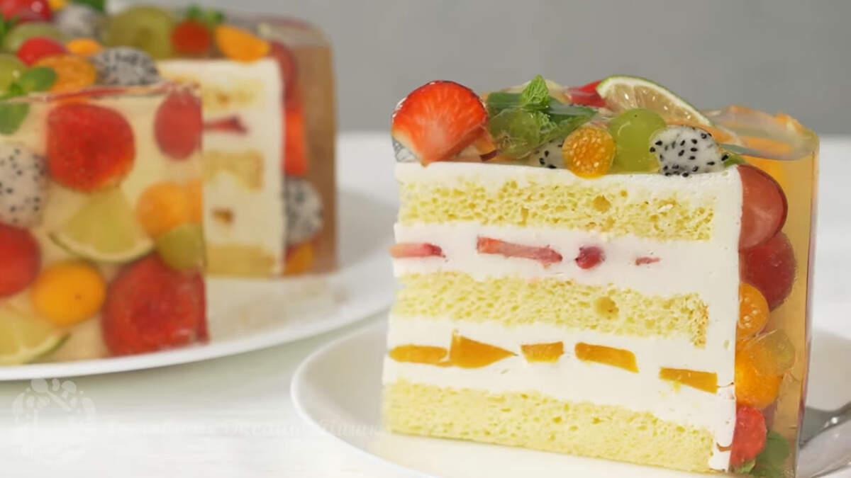Торт с фруктами и прозрачным желе получился очень красивым и необычным. На столе такой торт точно произведет фурор и оставит приятные впечатления всем гостям. В середине торт тоже очень вкусный и нежный. Мягкий бисквит и нежный сливочный крем с фруктами понравится всем как взрослым так и детям. Для приготовления такого торта можно использовать и другие фрукты на свое усмотрение.