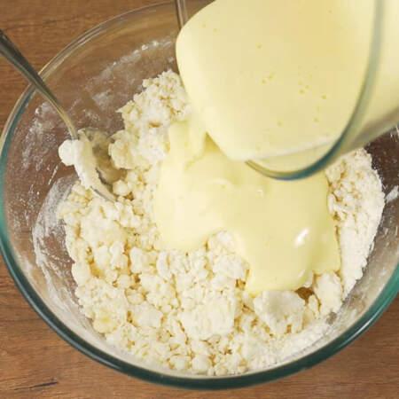 Взбитое яйцо с сахаром выливаем в подготовленную творожно-мучную смесь.