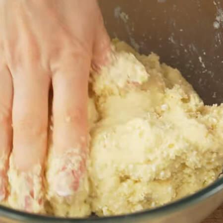 Тесто недолго перемешиваем сначала ложкой, а затем руками. Должно получится мягкое тесто, которое держит форму.