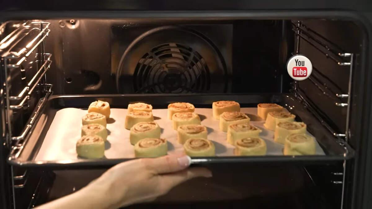 Печенье ставим в духовку разогретую до 180 град. Выпекаем приблизительно 15-20 минут.