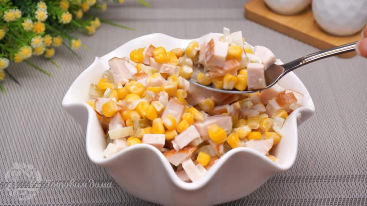 Салат с копченой курицей получился очень вкусным и сытным. Готовится салат очень быстро, и просто. По желанию лук для салата можно не мариновать, а пассеровать на сковороде.