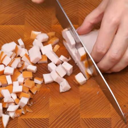 1 копченое куриное филе весом примерно 300 г нарезаем сначала пластинками, а затем пластинки нарезаем небольшими кубиками.