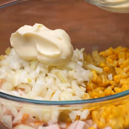 В большую миску насыпаем нарезанное филе, 1  банку консервированной кукурузы, подготовленные огурцы и маринованный лук.