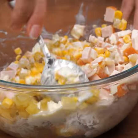 Салат заправляем 2 столовыми ложками майонеза и хорошо перемешиваем. Салат готов, можно подавать на стол.