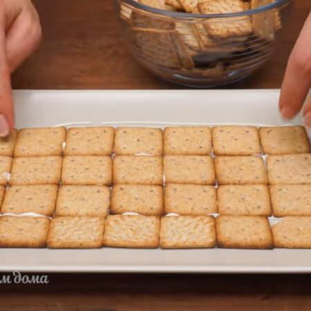 Выкладываем соленый крекер.