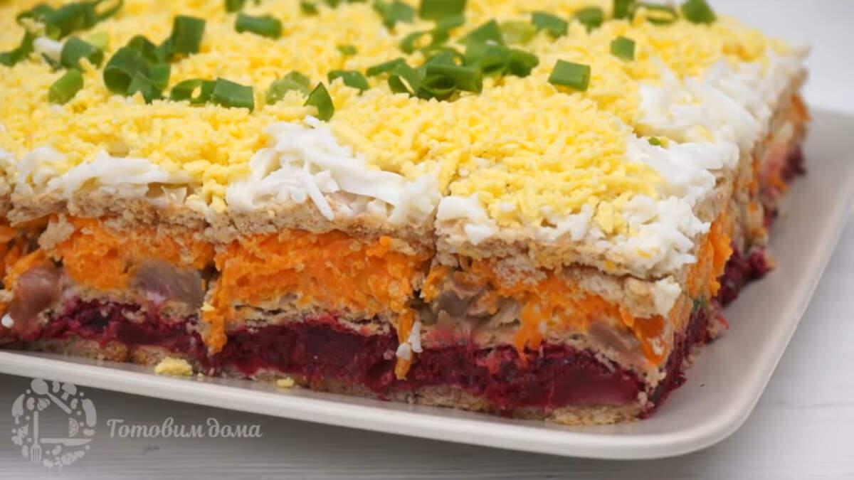 Закусочный торт с сельдью получился вкусным и сытным. Готовится он не сложно и красиво смотрится на праздничном столе.