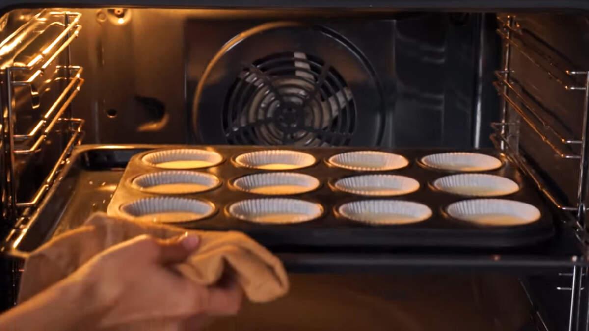Кексы ставим в духовку разогретую до 180 град. Выпекаем примерно 35 минут.