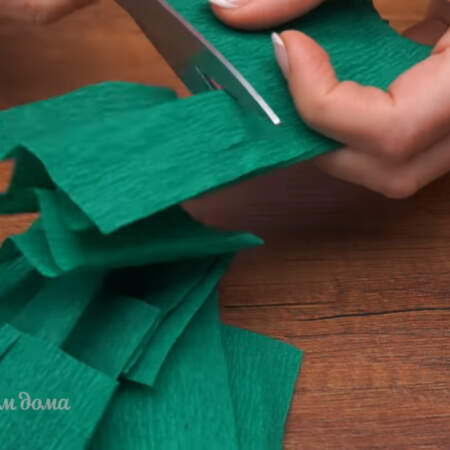 Подготовленные полосы разрезаем на квадраты.