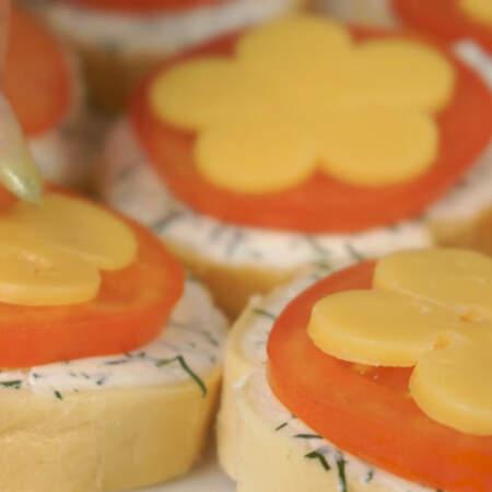 На каждый помидор кладем цветок из сыра.