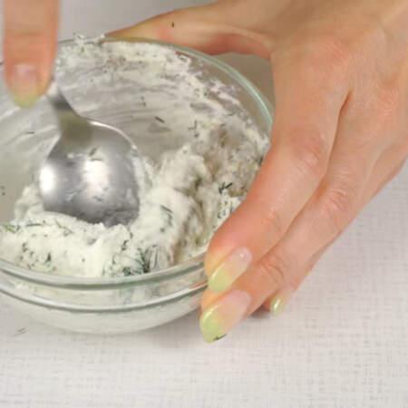 Измельченный укроп добавляем в сливочный сыр и перемешиваем.