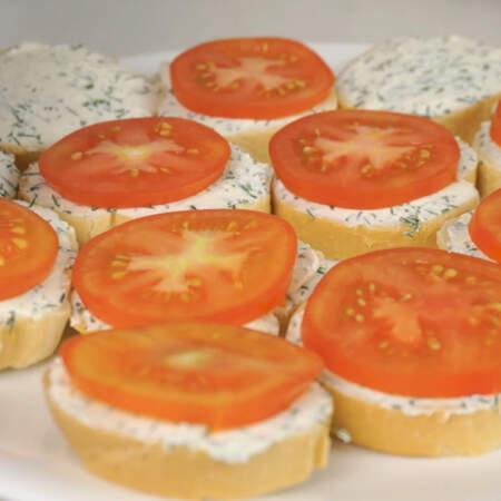 Нарезанные помидоры выкладываем на все бутерброды.